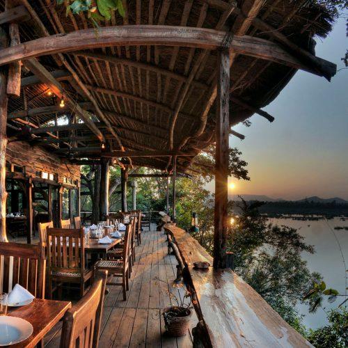 kings-lodge-dining-balcony